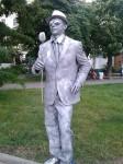 Живая статуя Юноша с цветком