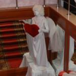 Живая статуя Амур с сердцем