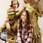 Золотые живые статуи парень и девушка